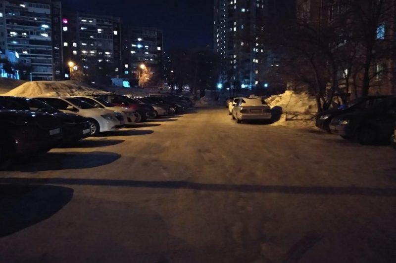В Екатеринбурге Газ-31105 сбил мужчину с ребёнком в коляске и уехал