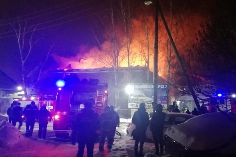 В Екатеринбурге пожарные потушили два жилых здания