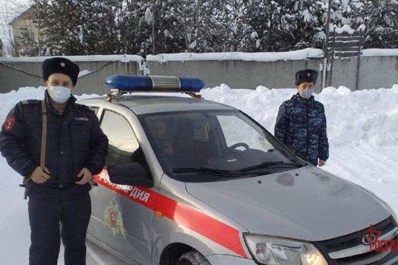 В Югре сотрудники Росгвардии спасли ребенка, провалившегося в канализационный колодец