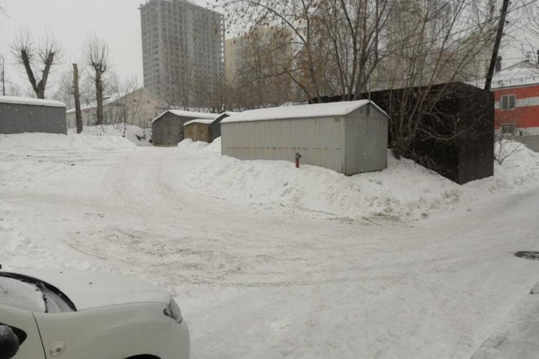 В Екатеринбурге ищут водителя, который сбил катающегося на ледянке ребёнка