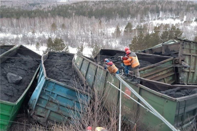 17 вагонов грузового поезда сошло с рельс в Челябинской области
