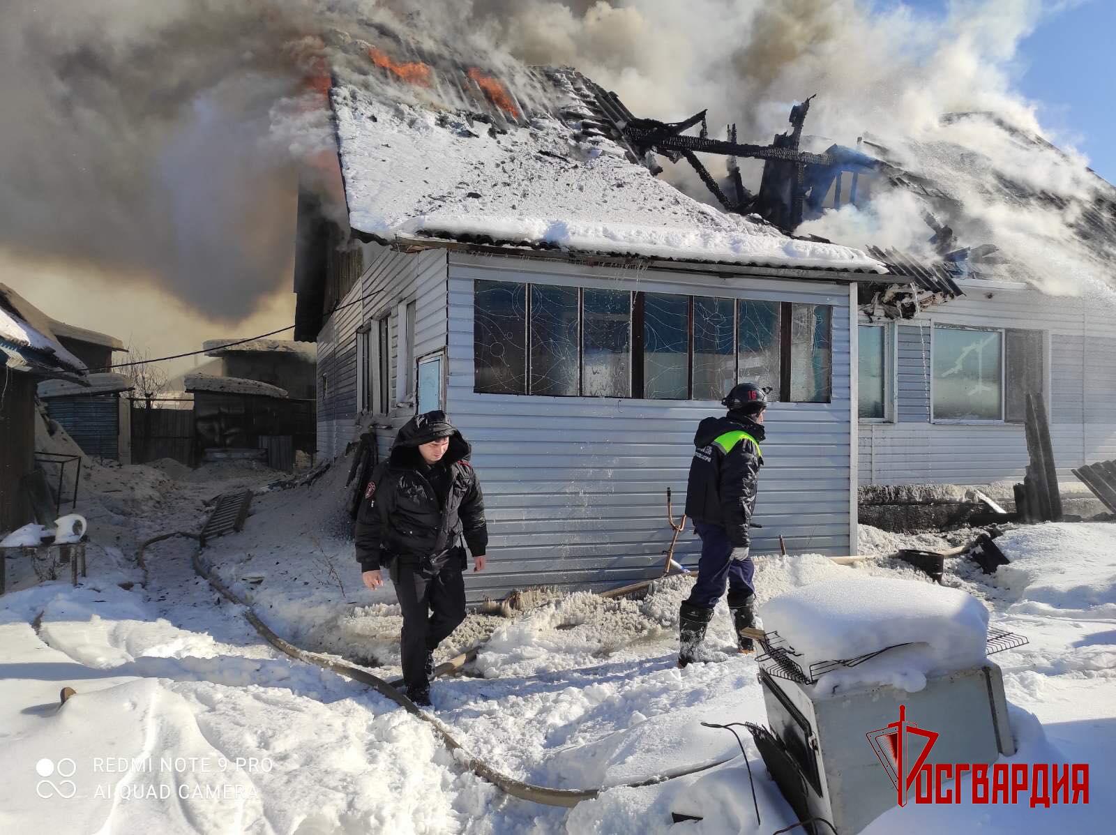 Сотрудники Росгвардии спасли на пожаре пожилого жителя Югры