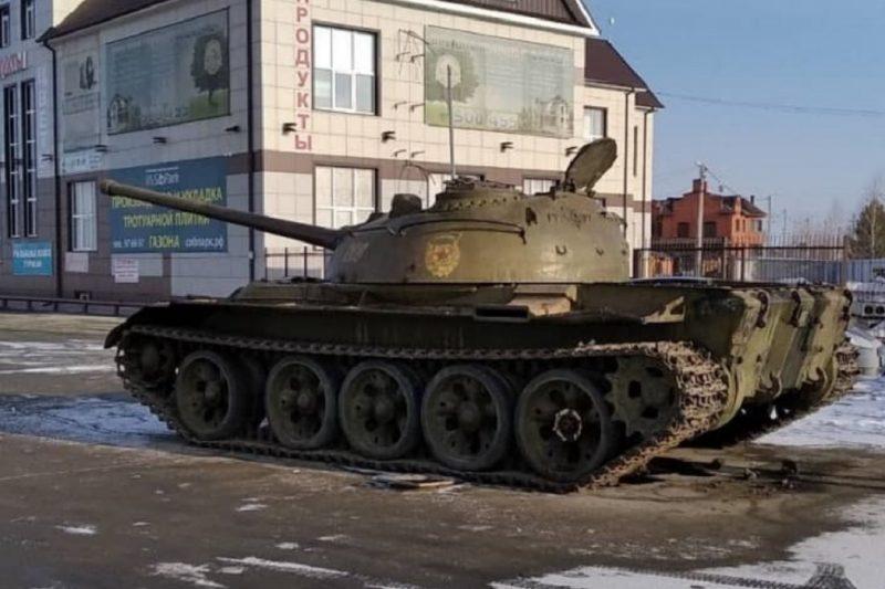 В Тюмени в сквере Пограничников установили танк Т-54 за 1,5 млн рублей