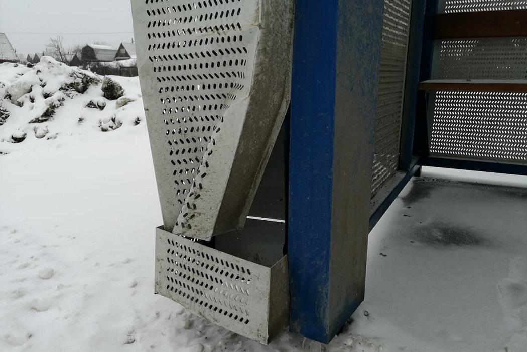 Курганцы за полгода сломали три металлических остановки