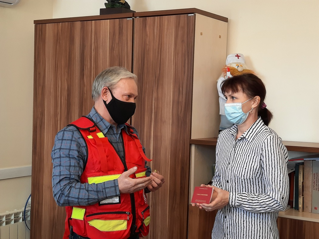 Две тюменские медсестры награждены медалями Красного Креста за работу в пандемию