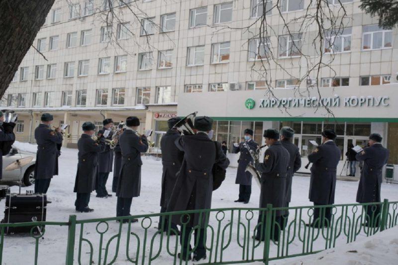 В Екатеринбурге оркестр ЦВО сыграл перед окнами Областной детской больницы