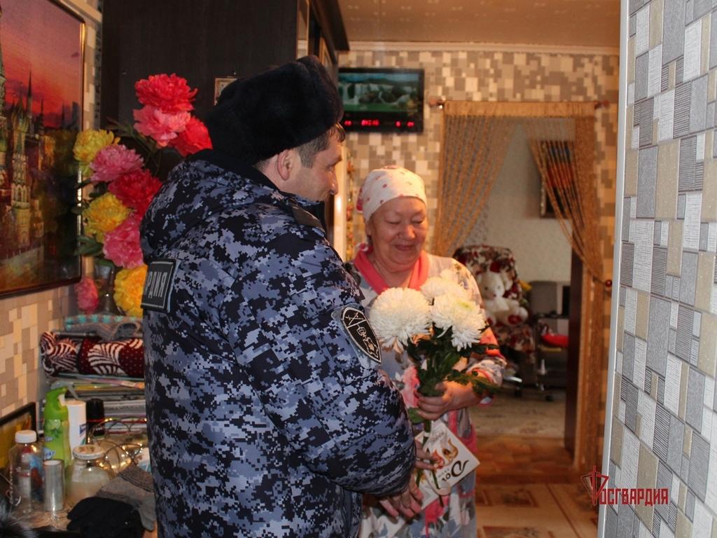 В Югре росгвардейцы поздравили с Женским днем матерей погибших защитников