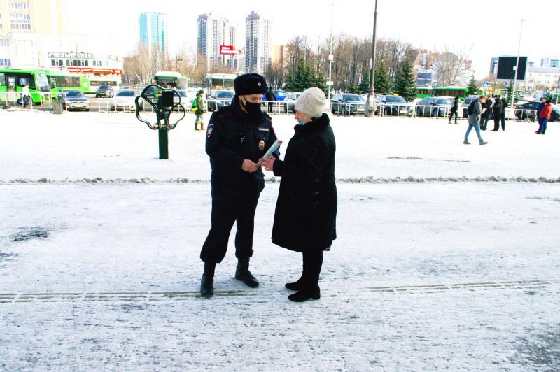 Транспортные полицейские Тюмени поздравили женщин с наступающим 8 Марта