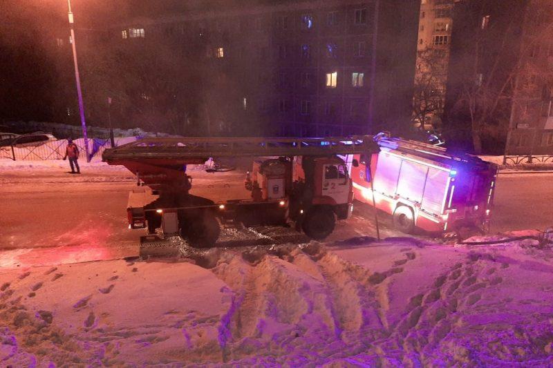В Екатеринбурге пожарные эвакуировали из огня 23 человека