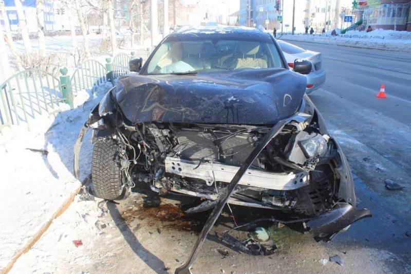 В Сургуте автоледи на «Инфинити» устроила ДТП с пострадавшими