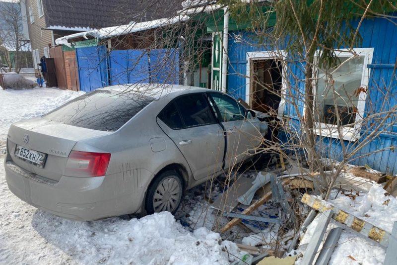 В Тюмени иномарка влетела в жилой дом.