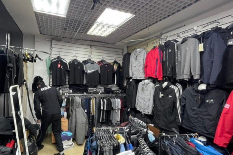 В Тюмени полицейские изъяли поддельную одежду и обувь на 2,5 млн рублей 1