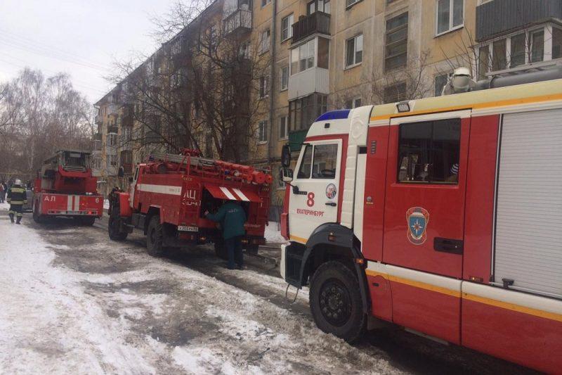 Пожарные спасли 12 человек из горящей пятиэтажки в Екатеринбурге