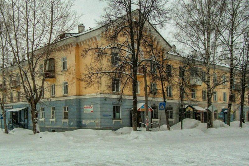 Женщина получила тяжёлые травмы при сходе снега с крыши дома