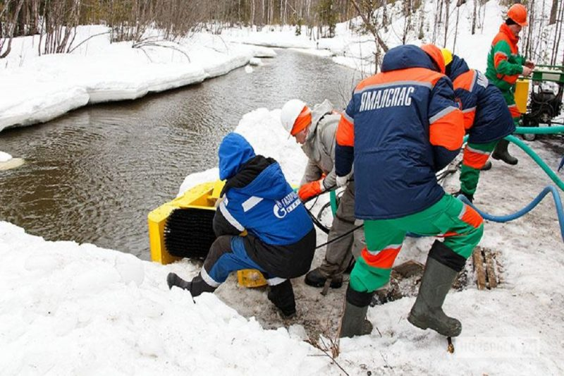 Спасатели ликвидировали последствия экоаварии на реке под Ноябрьском