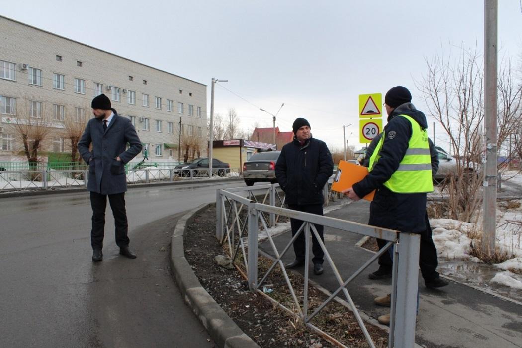 Люди + дорога + Курган + чиновники + дорожный рабочий + комиссия