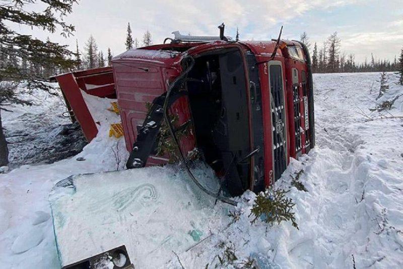 На трассе под Муравленко грузовик улетел в кювет
