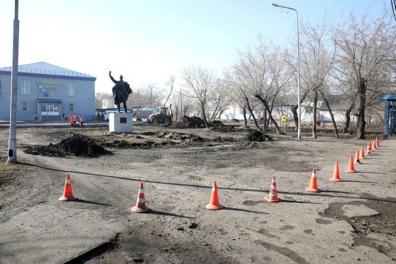 Памятник Матросову + ремонт + рабочие + земля + перекопано + благоустройство