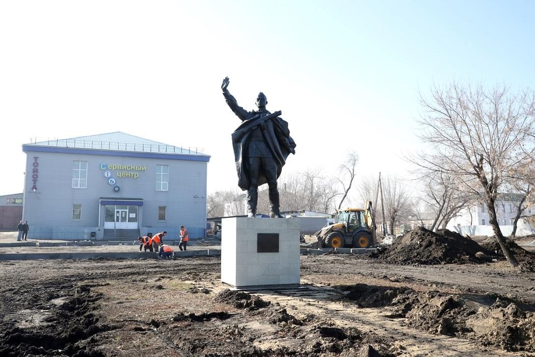 Памятник Матросову + ремонт + раскопки + земля + рабочие