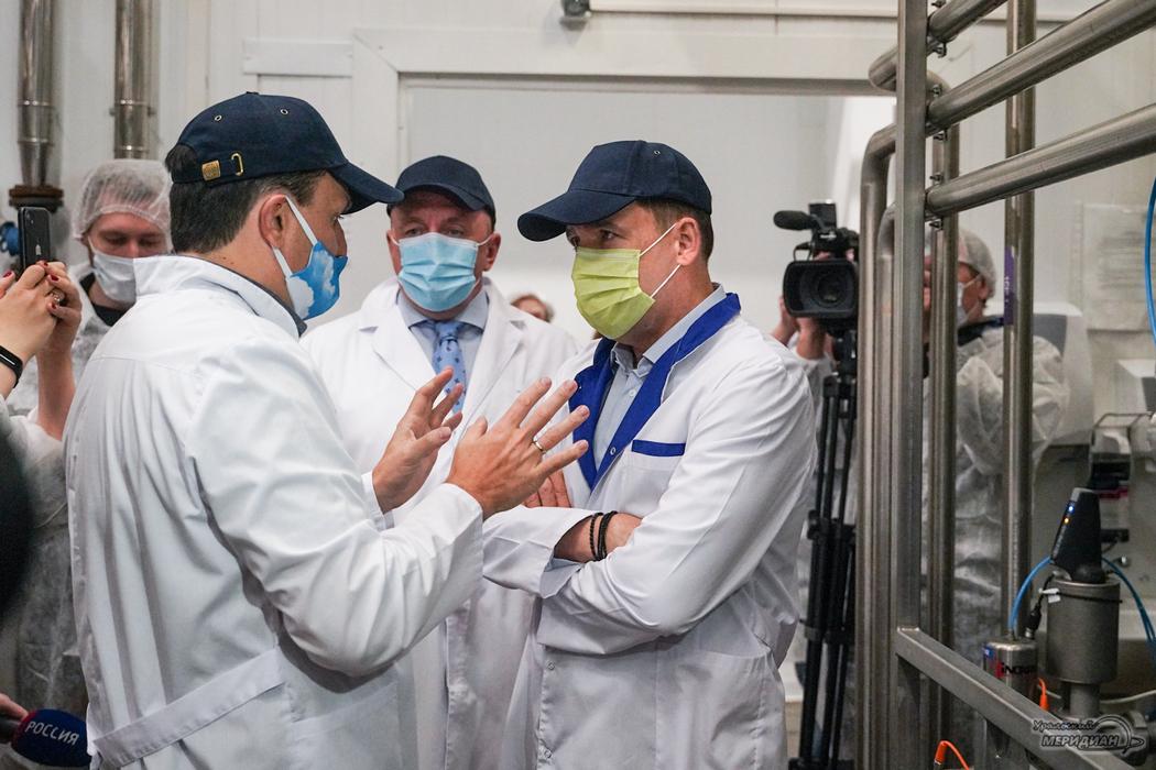 Евгений Куйвашев открыл в Талице новый каток и попробовал свежее молоко
