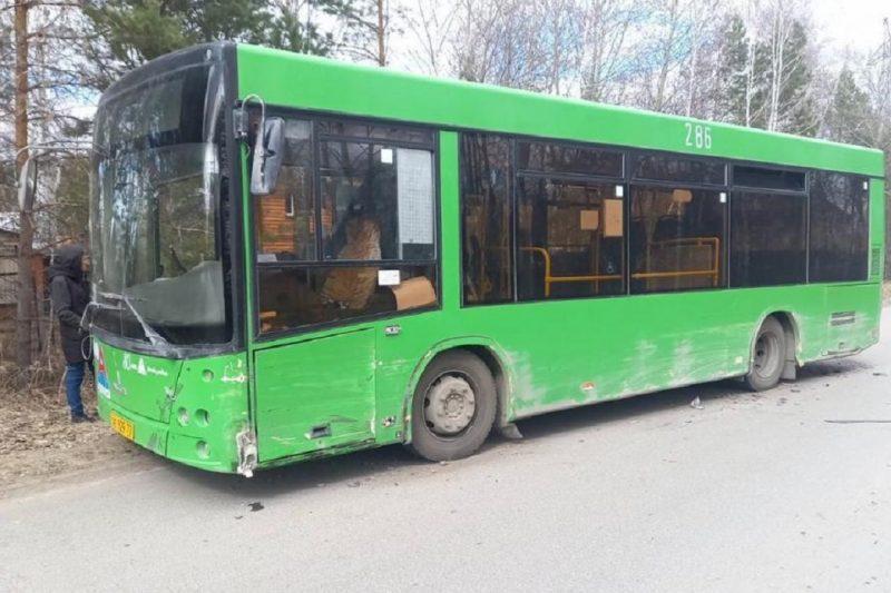 В ДТП с автобусом под Тюменью пострадали два человека