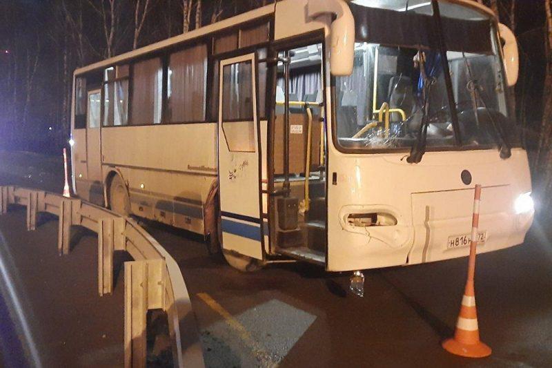 В Тюмени служебный автобус сбил мужчину