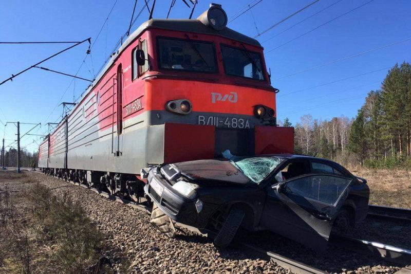 В Свердловской области локомотив протаранил легковой автомобиль