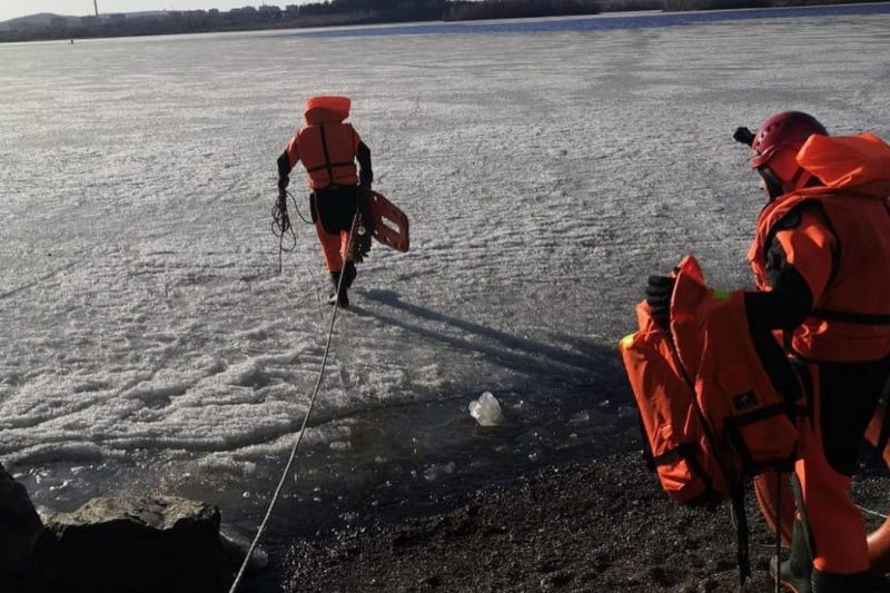 На льду городского пруда в Нижнем Тагиле спасли двух рыбаков