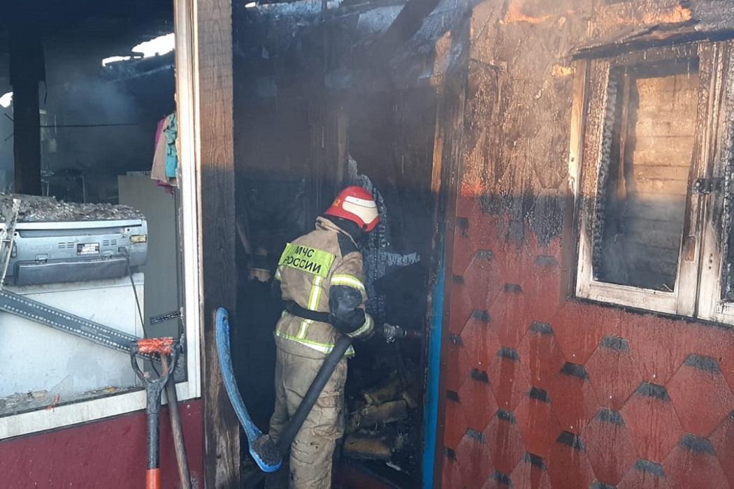 На Урале в посёлке Берёзовского ГО сгорели два дома и автомобиль