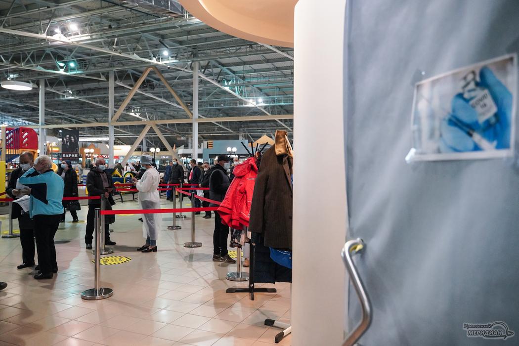 В ТЦ Екатеринбурга вновь выстроились очереди на прививку от COVID-19