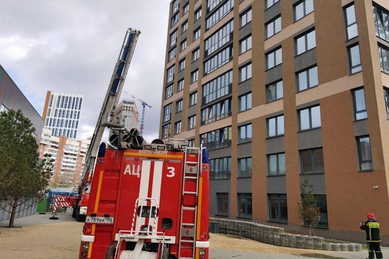В Екатеринбурге школьница вылезла на карниз 17 этажа из горящей квартиры