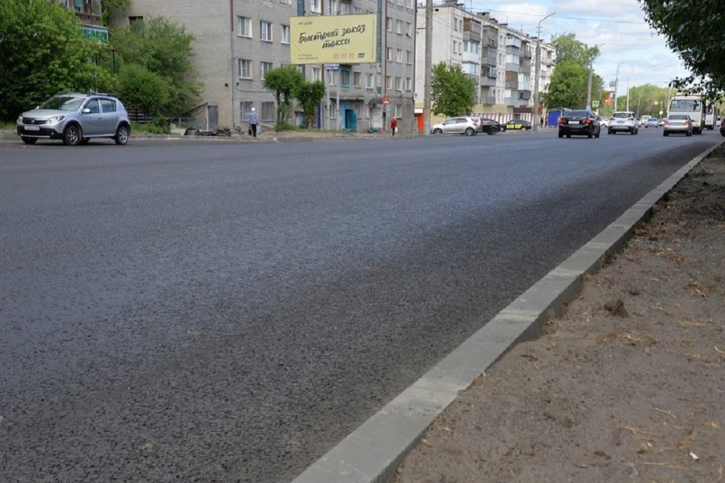 Дорога + Курган + машины + бордюр + лето + асфальт