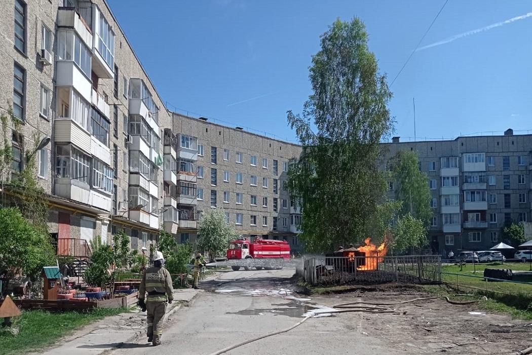 В Ирбите из-под земли вспыхнуло пламя во дворе жилого дома