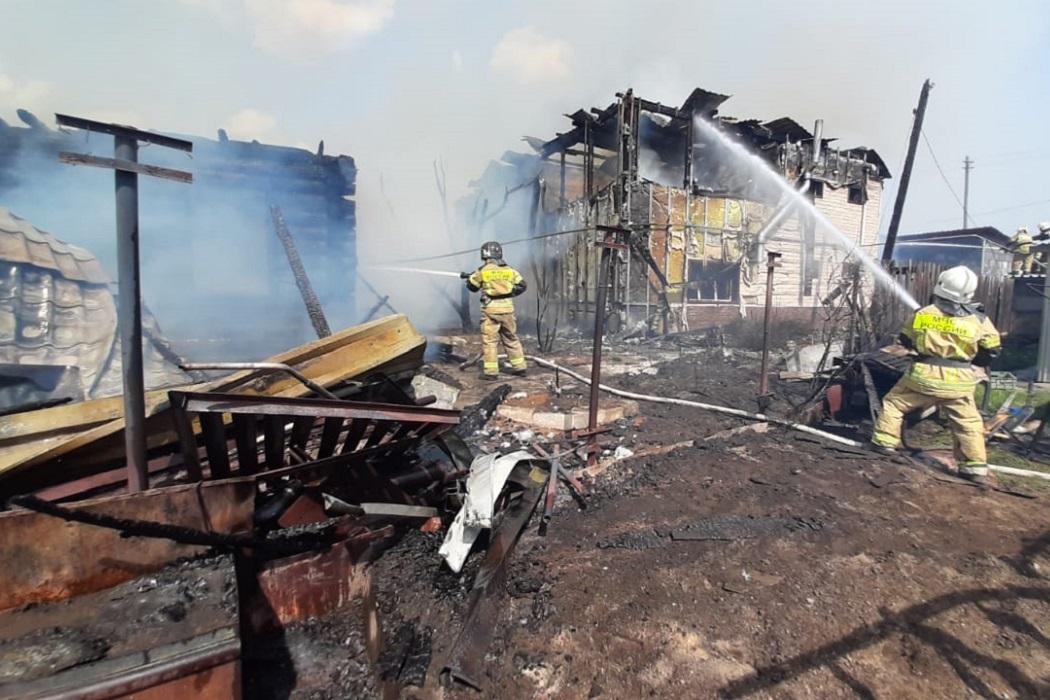 В Екатеринбурге загорелись три жилых дома на Уралмаше