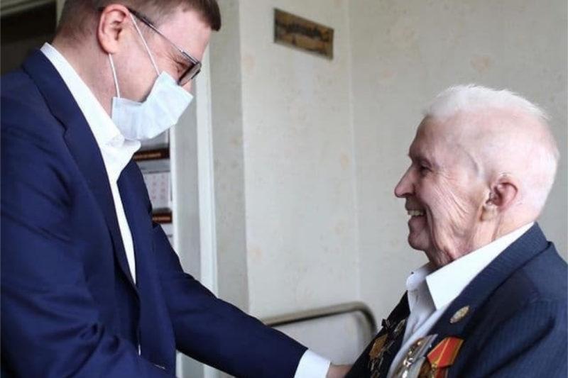 Оставшегося в живых солдата из танкового корпуса поздравил Текслер