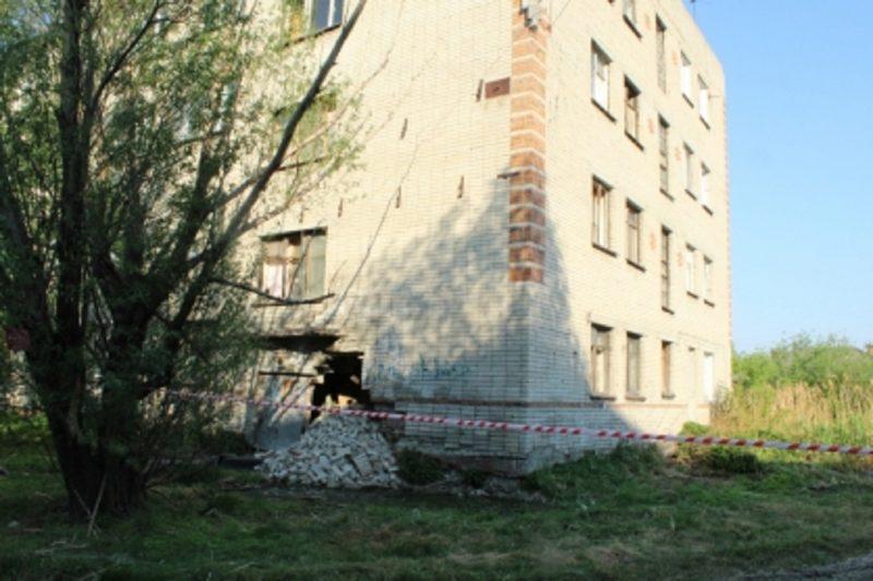 В Кургане канализационные стоки разрушили стену жилого дома