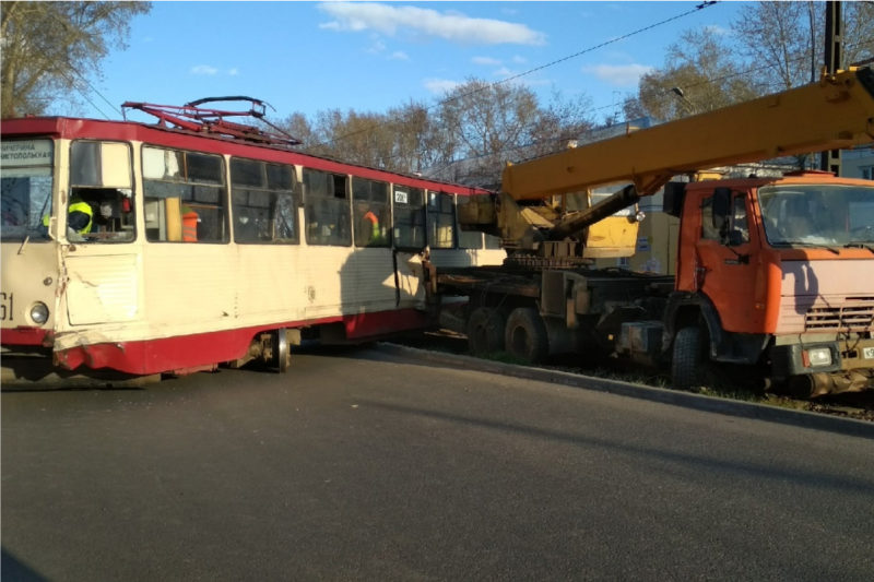 В Челябинске на Новороссийской КамАЗ протаранил трамвай №22
