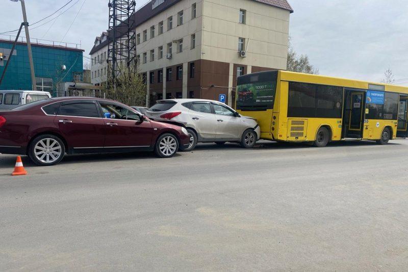 В Нижневартовске в массовом ДТП с автобусом пострадал мужчина