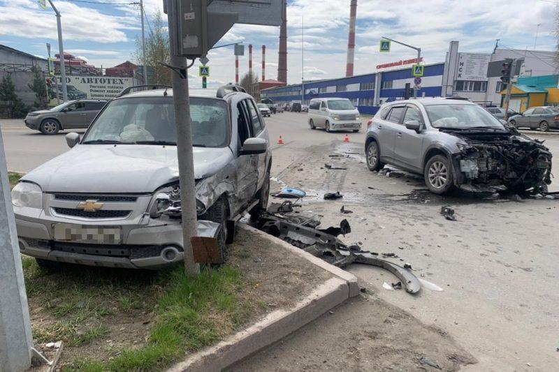 В Нижневартовске в столкновении «Мазды» и «Шевроле» пострадали двое мужчин