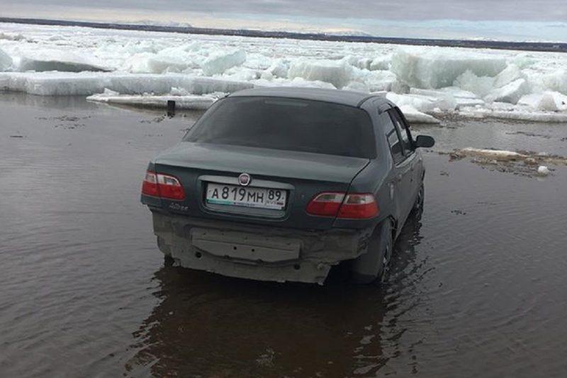 В Салехарде иномарку едва не унес ледоход