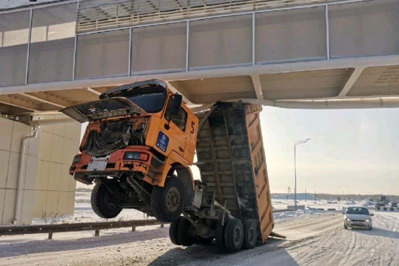 В Тюмени осудят водителя грузовика, повредившего надземный переход