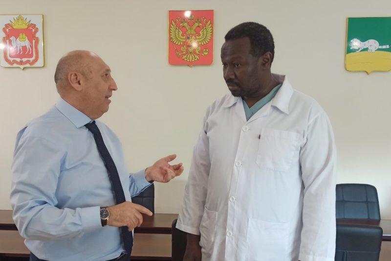 В Верхнеуральске приняли на работу врача афроамериканца из Судана