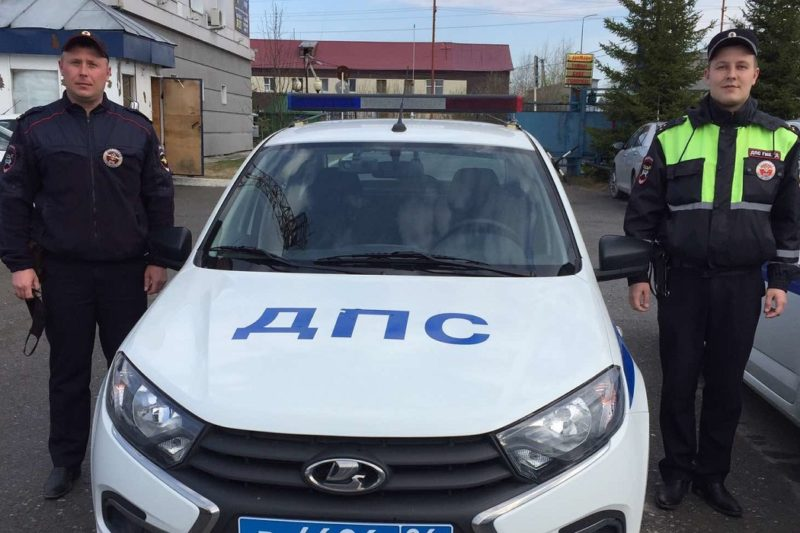 В Югре полицейские вывели из дома мужчину, рядом с которым загорелась баня
