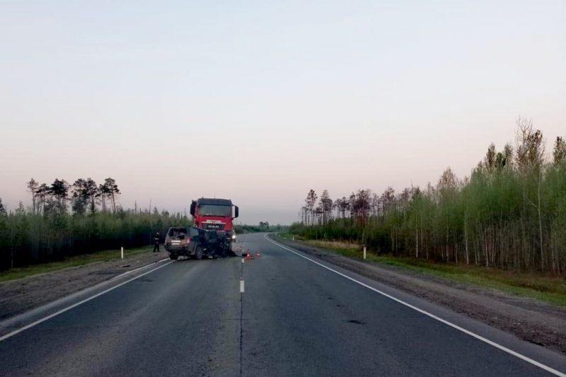 В Югре в ДТП с грузовиком погибли три человека