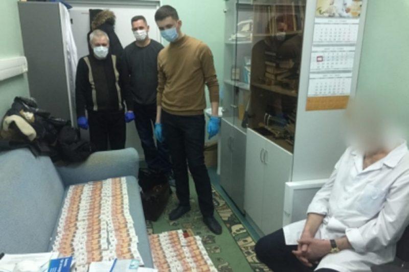 Врача травматологической больницы Сургута осудят за взятки и мошенничество