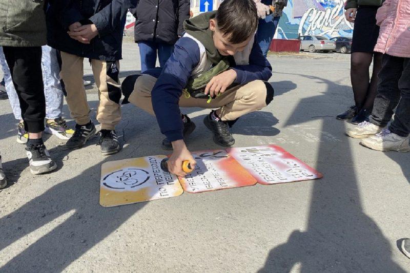 В Салехарде на асфальте появились яркие памятки о соблюдении ПДД