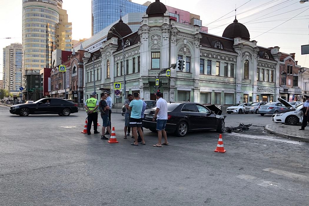 В центре Екатеринбурга Chevrolet после ДТП влетел в пешеходов