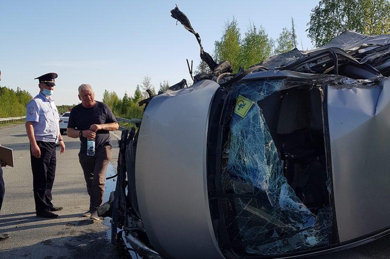 На трассе Екатеринбург – Серов Hyundai столкнулся с КАМАЗом и лесовозом