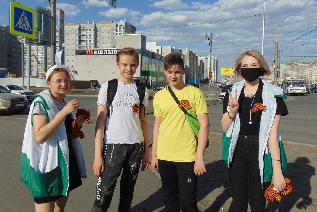 Волонтёры раздают курганцам георгиевские ленточки у торговых центров