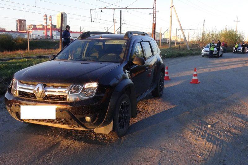 В Екатеринбурге Renault сбил 15-летнюю девушку с собакой